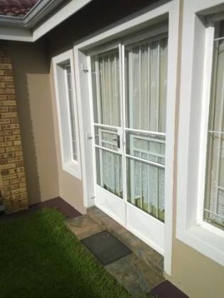 Glass fitters, Glaziers available