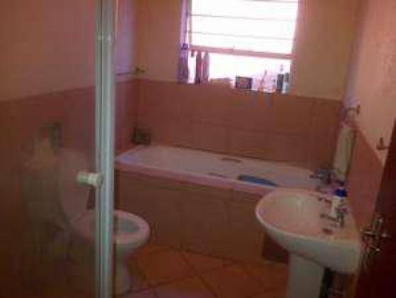 looking for a housemate to share 2 bedroom apartment in Amorosa Ruimsig