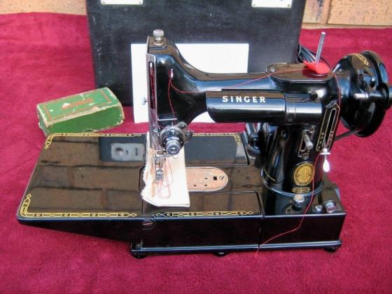 SINGER 222 FEATHERWEIGHT SEWING MACHINE 1956 EXCELLENT FOR AGE