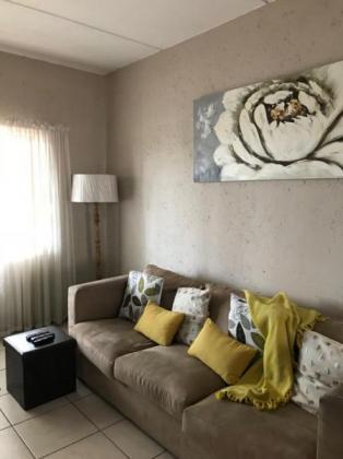 Upmarket 2 bedroomed flat in Paulshof to share!!
