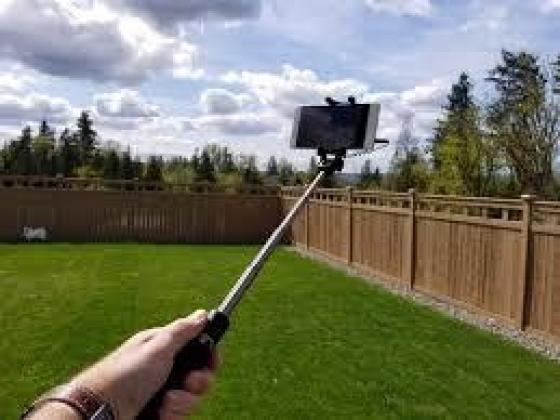 EXTENDABLE MONOPOD SELFIE STICK WITH BUILT-IN SHUTTER in Umhlanga, KwaZulu-Natal
