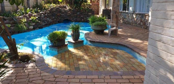 RENTAL SPECIAL - LARGE ROOM AVAILABLE IN ESTABLISHED HOUSE-SHARE in Sandton, Gauteng