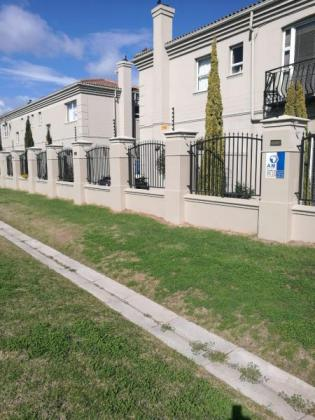 Townhouse to rent in Strand